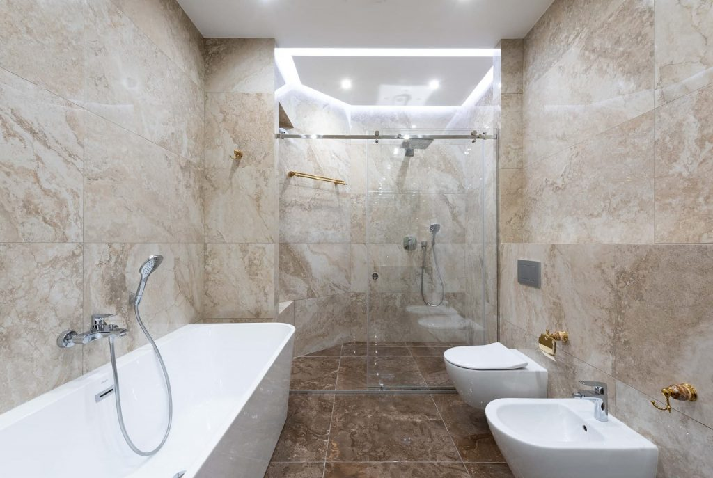 Salle de bain en marbre - Courtage Bati-connect