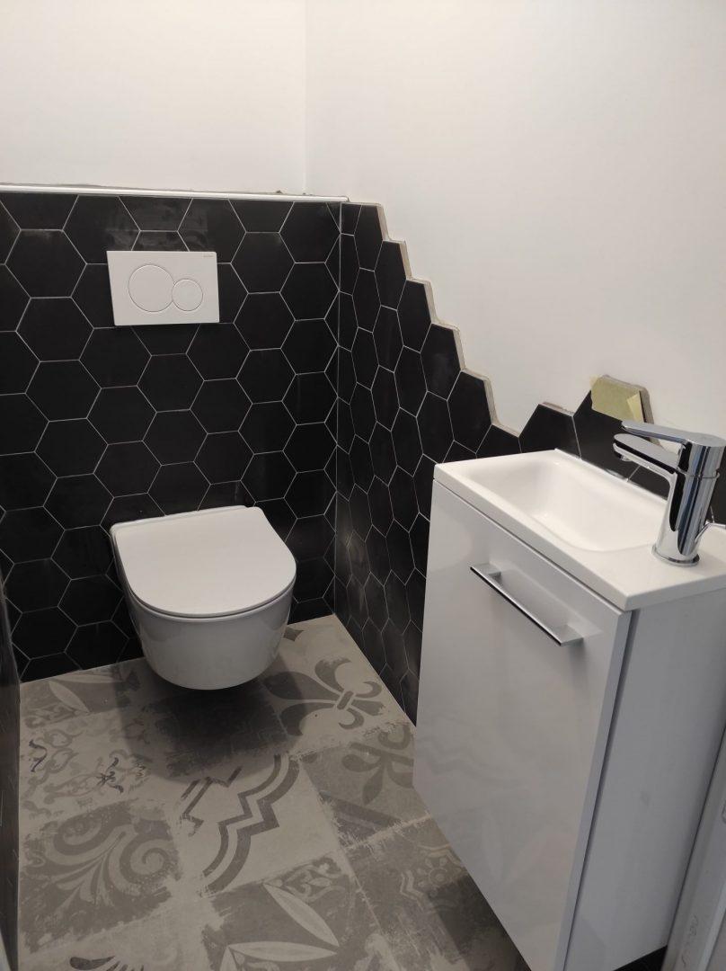 Salle de bain carrelage hexagonal - Courtage BatiConnect