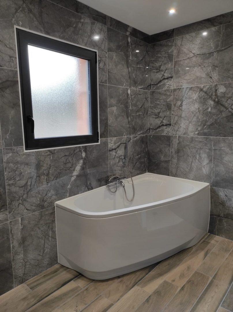 Salle de bain en bois - Courtage BatiConnect